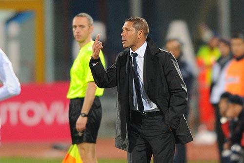 Simeone talking to a player